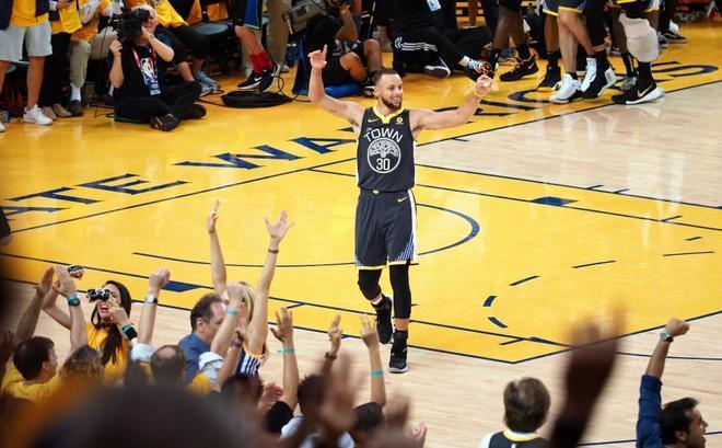 Stephen Curry celebra con el público del Oracle Arena de Oakland.