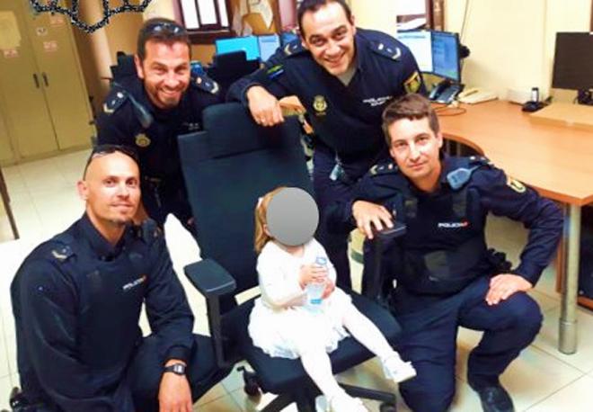 La niña con los agentes que la encontraron en comisaría.