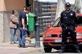Un policía de paisano busca el arma homicida dentro de una papelera...