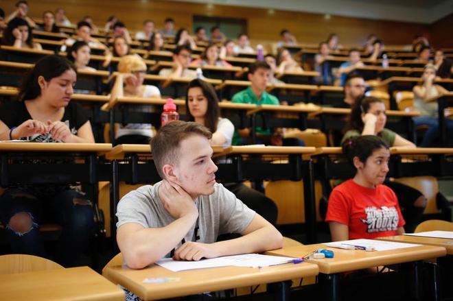 Varios estudiantes se examinan de la Selectividad en la Universidad Complutense de Madrid
