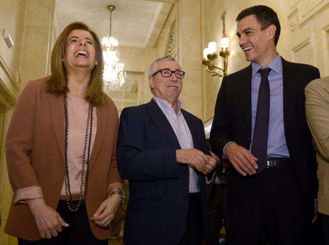 La ministra de Empleo en funciones, Fátima Báñez, junto al ex secretario general de CCOO, Ignacio Fernández Toxo, y el actual presidente del Gobierno, Pedro Sánchez, en una fotografía de archivo.