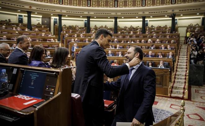 Pedro Sánchez saluda a José Luis Ábalos durane el debate de la...