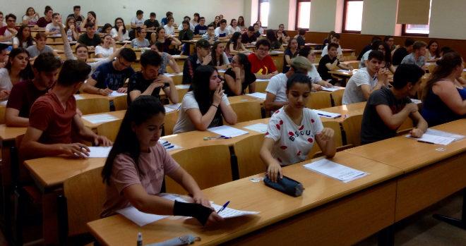 Los estudiantes, este martes, en la UJI preparados para comenzar las pruebas de acceso a la universidad.