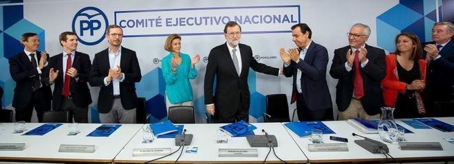 El ex presidente del Gobierno, Mariano Rajoy, es aplaudido por sus...