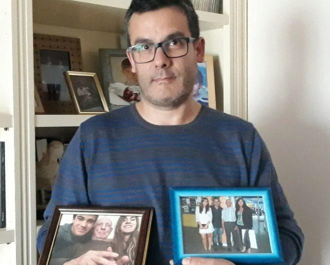 Juan Carlos Herraiz muestra dos fotografías con su padre y otros miembros de su familia.