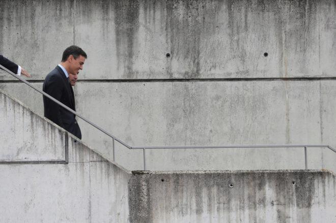El presidente del Gobierno, Pedro Sánchez, llega ayer a la Ciudad del Fútbol de Las Rozas con el presidente de la Federación Española de Fútbol.