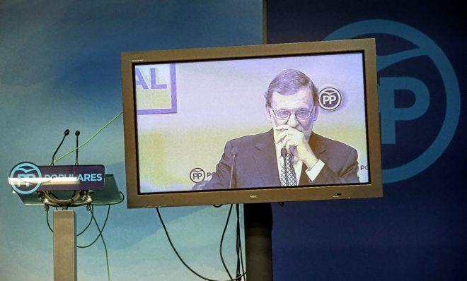 El ex presidente, Mariano Rajoy, en una plasma en la sede de Génova
