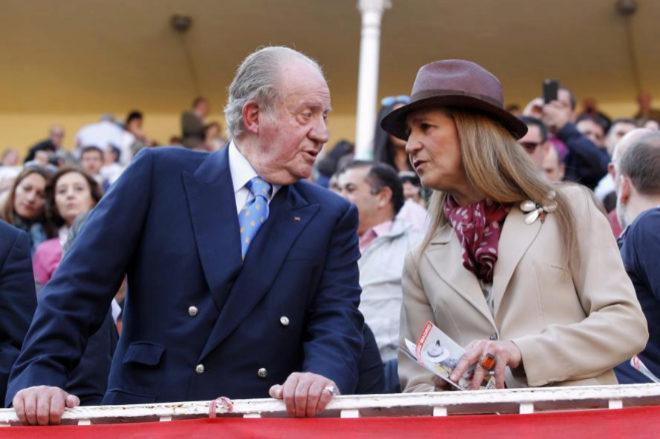 El Rey Juan Carlos junto a la infanta Elena en la Monumental de las Ventas