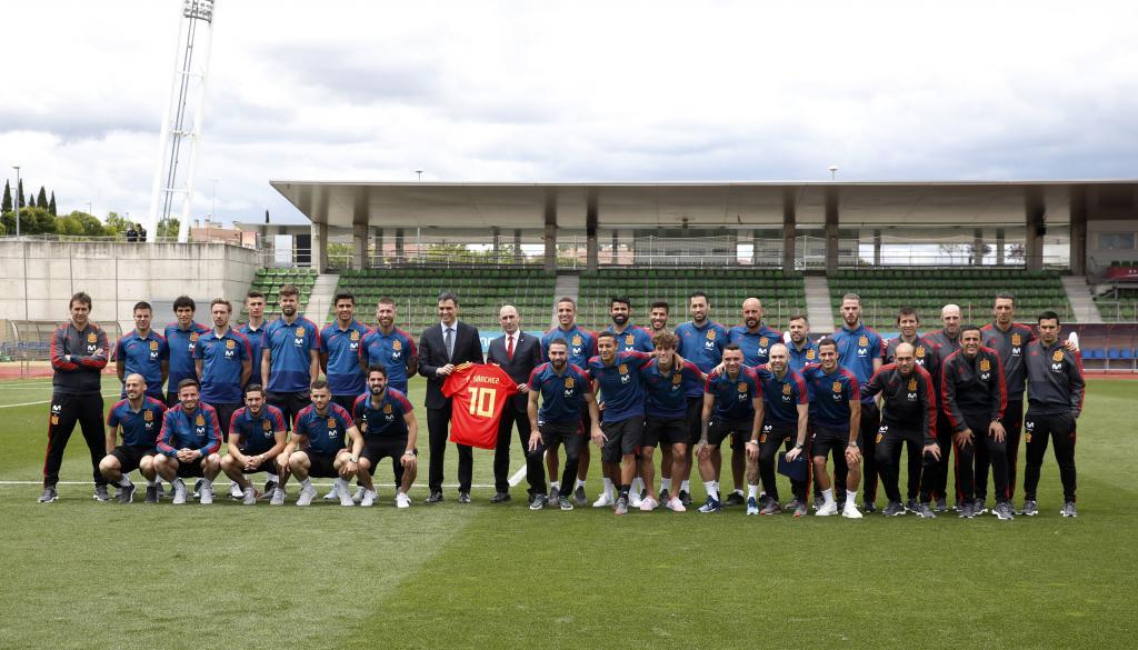 Pedro Sánchez posa junto a la selección española de fútbol.