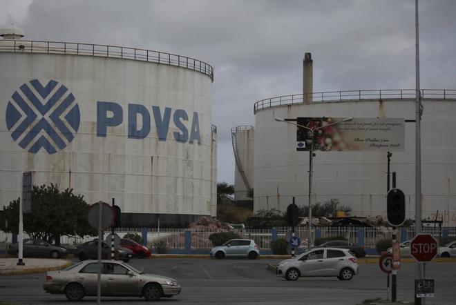 Detalle del logo de la petrolera venezolana PDVSA en una refinería en...