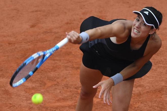 Garbiñe Muguruza ejecuta un servicio ante Sharapova