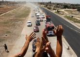 Gente celebrando la reapertura de una carretera entre Homs y Hama.