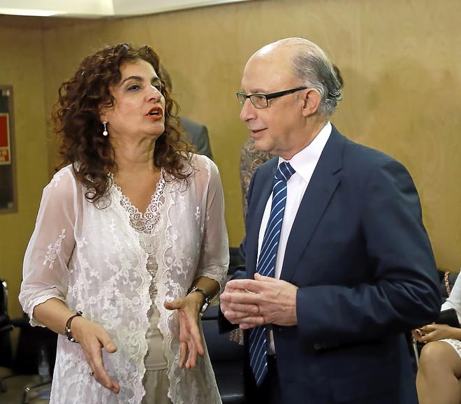 La nueva ministra de Hacienda, María Jesús Montero, junto al ex...