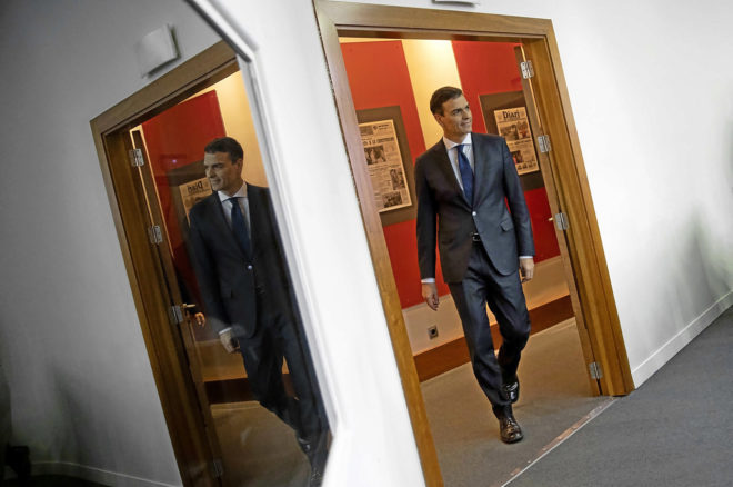 Pedro Sánchez entra en la salda de prensa de Moncloa para anunciar su...