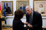 Josep Borrell conversa con la ex vicepresidenta Soraya Sáenz de Santamaría durante la toma de posesión de Carmen Calvo como vicepresidenta.