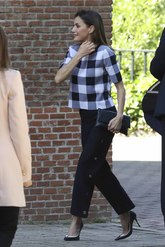 Letizia ha rescatado el pantalón 'palazzo' de Hugo Boss que estrenó...