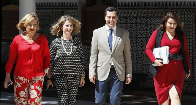 Juan Manuel Moreno llega al salón de plenos del Parlamento rodeado de las diputadas Mariví Romero, Ana Mestre y Carmen Crespo.