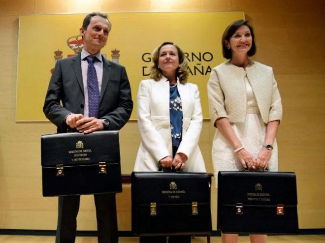 Pedro Duque (Ciencia), Nadia Calviño (Economía y Reyes Marcos (Industria) recogen sus respectivas carteras.