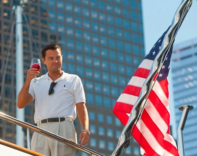 Leonardo DiCaprio, en un fotograma de la película 'El lobo de Wall Street' en la que encarna al corredor de Bolsa neoyorquino Jordan Belfort.