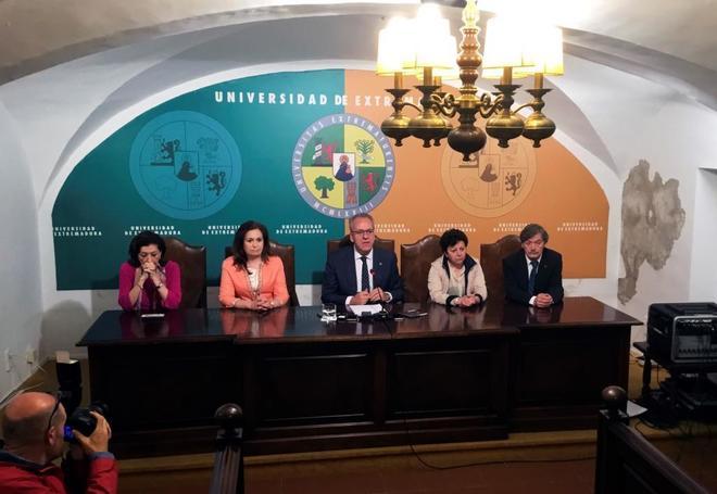 El rector de la Universidad, Segundo Piriz, (centro) en rueda de prensa.