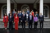 El presidente del Gobierno, Pedro Sánchez, este viernes con sus...
