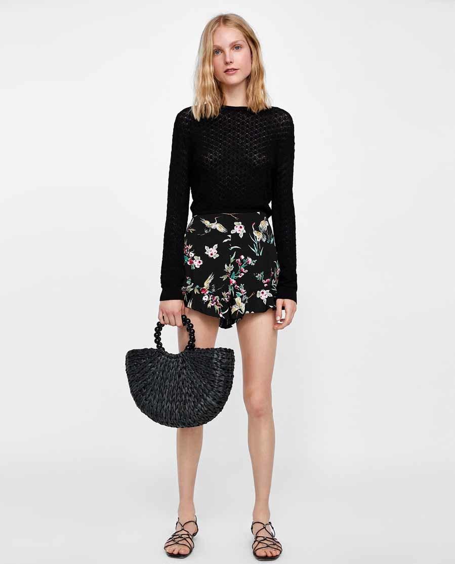 Shorts negros con estampado de flores y garzas, de Zara (19,95...