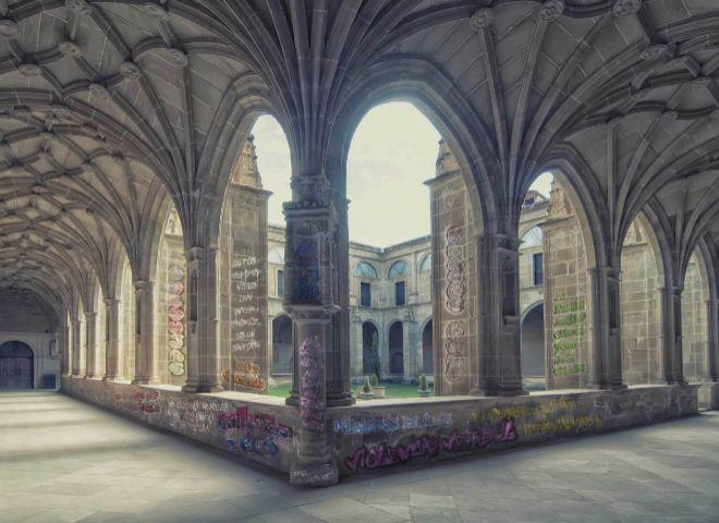 El claustro del Monasterio de Yuso, salpicado de grafitis ficticios alusivos a las noticias falsas.