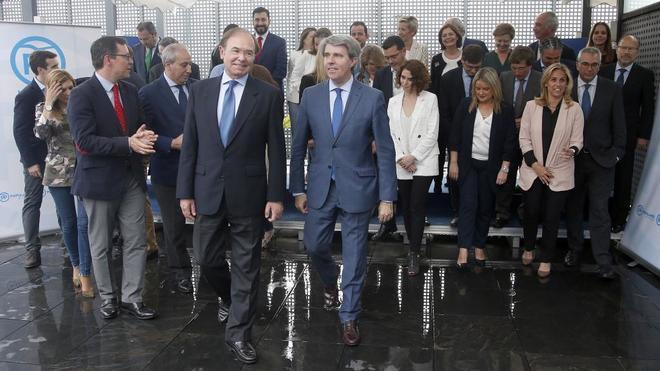 Pío García Escudero y Ángel Garrido (en el centro de la imagen) con el Comité Ejecutivo del PP de Madrid.