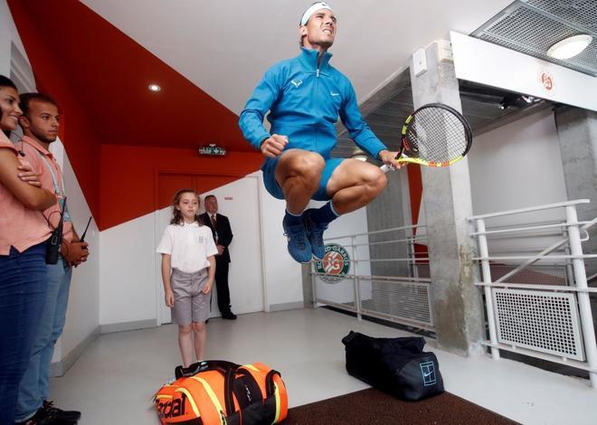 Rafa Nadal calienta antes de enfrentarse a Del Potro en semifinales.