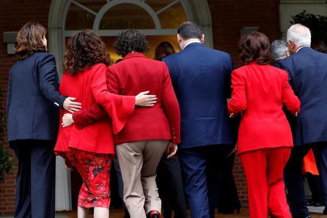Los ministros y ministras del Gobierno de Pedro Sánchez entran en Moncloa tras su primera foto de familia.