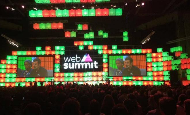 Un momento de una de las ediciones del 'Web Summit' en Lisboa durante la charla de Luis Figo. EL MUNDO