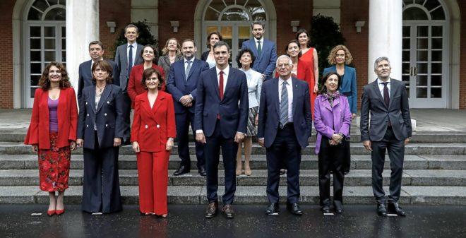 Pedro Sánchez al frente de su Gabinete durante la foto en Moncloa