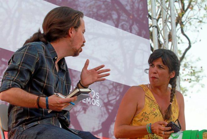 El secretario general de Podemos, Pablo Iglesias, con la secretaria...