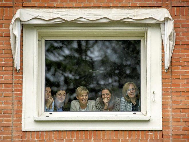 Un grupo de mujeres mira por la ventana la llegada de Pedro Sánchez a...