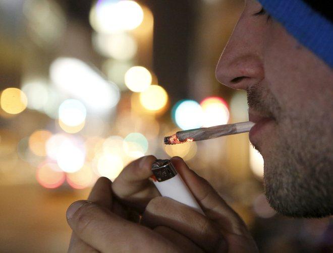 Un hombre se fuma un porro.