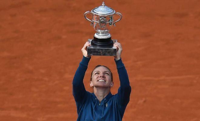 Halep, con el trofeo Suzanne Lenglen, tras su triunfo ante Stephens.