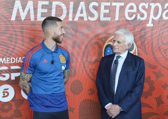 Sergio Ramos, capitán de la selección española, y Paolo Vasile,...