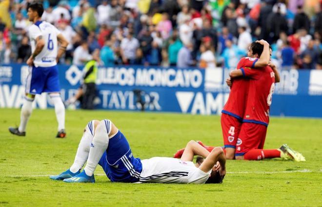 Los jugadores del Numancia celebran tras ganar el partido en Zaragoza.