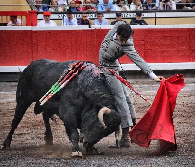 Profundo natural de Roca Rey al sexto novillo de El Parralejo, al que cortó dos orejas