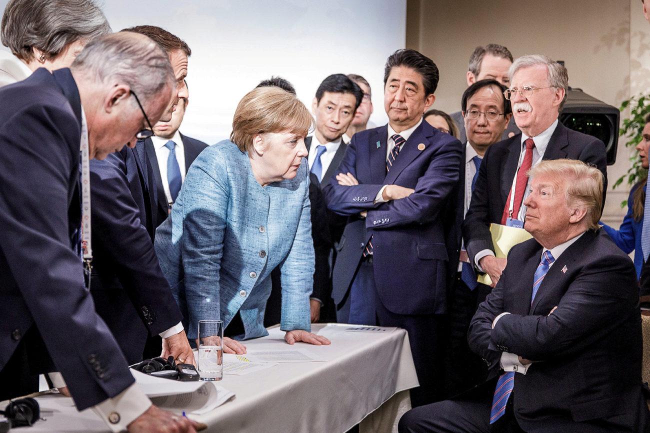 La canciller alemana, Merkel, habla con el presidente de los Estados...