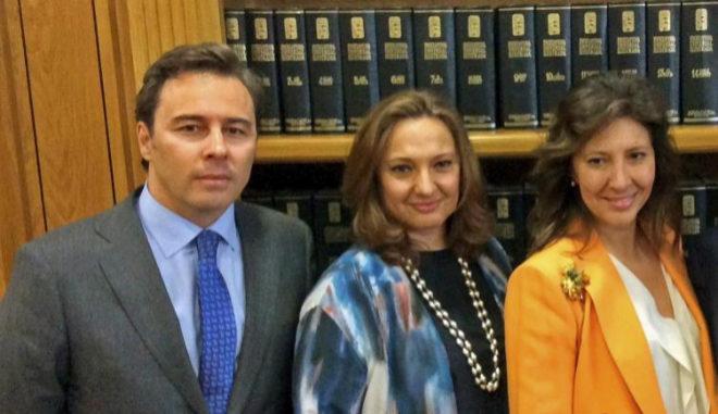 El presidente de El Corte Inglés, Dimas Gimeno, junto a Marta y Cristina Álvarez