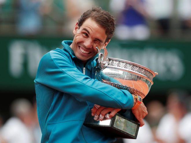 Rafel Nadal se abraza al trofeo de su undécimo Roland Garros.