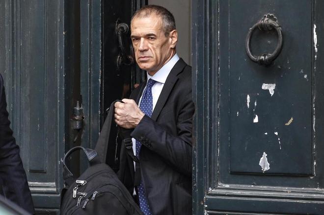 Carlo Cottarelli, abandona un hotel en Roma, el pasado 31 de mayo.