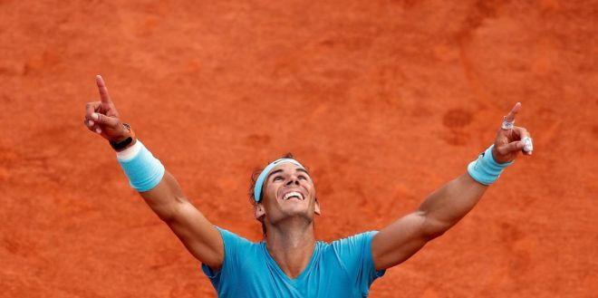 Rafa Nadal mira al cielo tras ganar su undécimo Roland Garros.