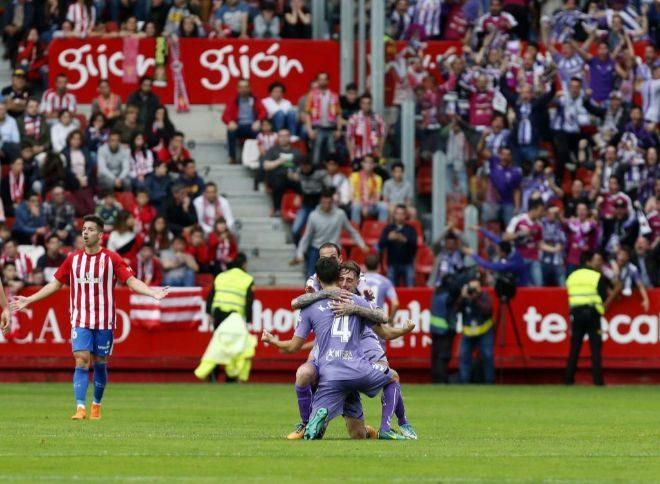 Los jugadores del Real Valladolid se abrazan tras marcar en El Molinón.