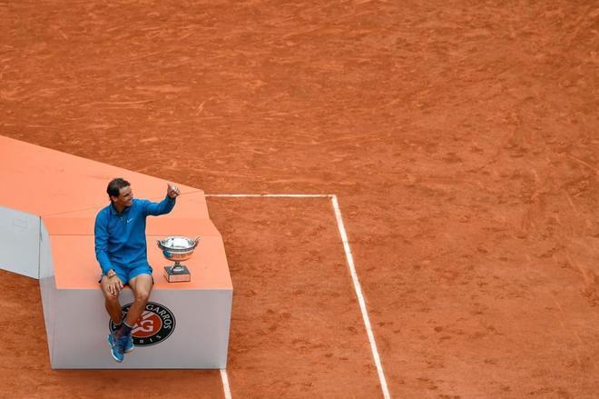 Nadal, en la pista con el trofeo de Roland Garros.
