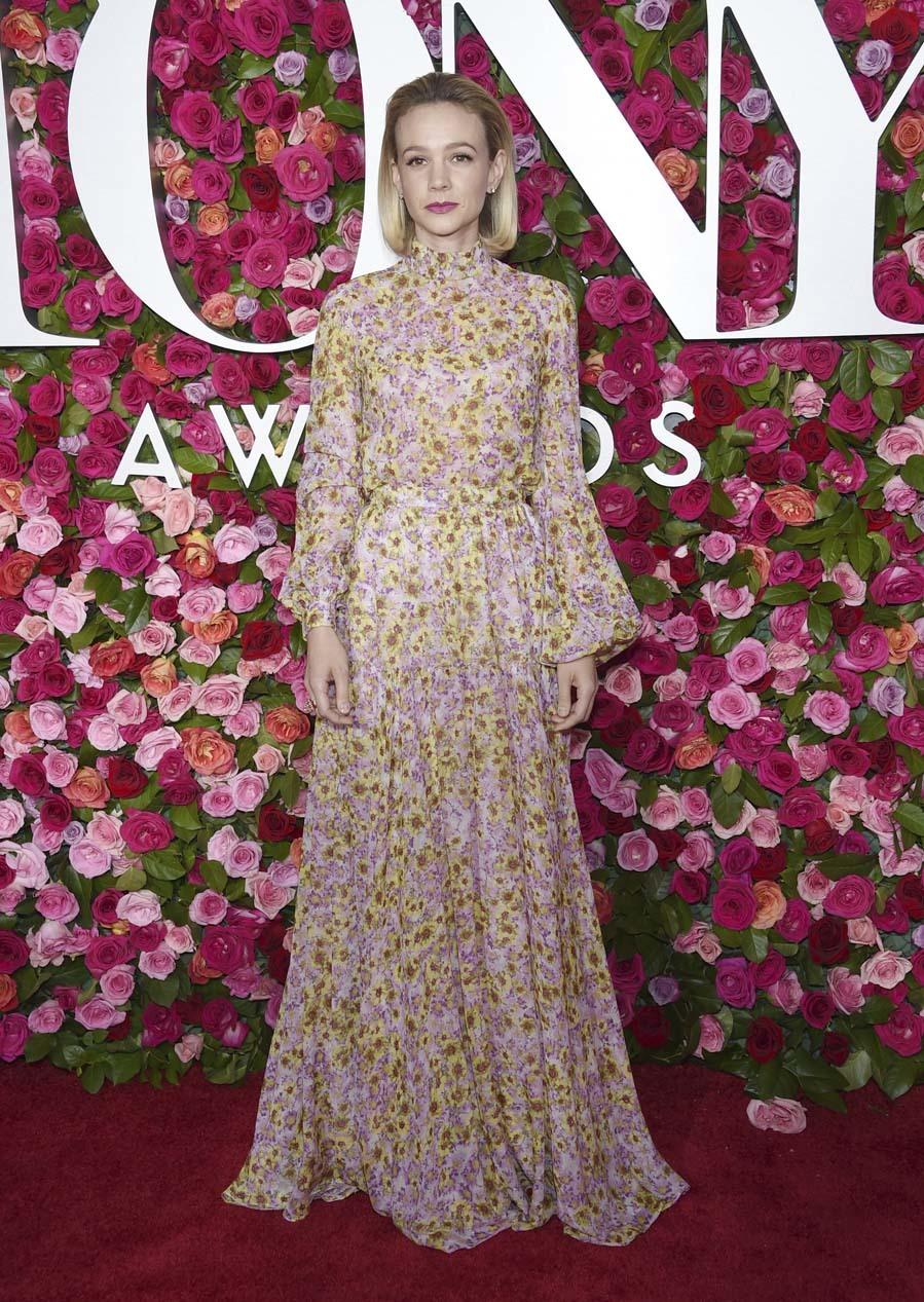 La actriz apostó por un vestido largo con aire romántico y estampado...