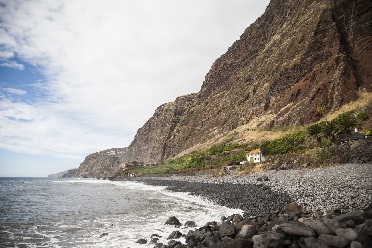 Los acantilados de la zona donde se ubica la Fajã dos Padres están...