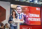 La secretaria general del PSOE-EE, Idoia Mendia, junto a un cartel que...