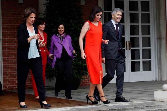 Ministros de Pedro Sánchez salen de Moncloa para hacerse la foto...